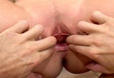 abrindo a buceta da loira com a mao