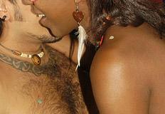 casal se pegando durante festa de carnaval