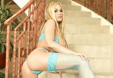 loira gostosa de lingerie na escada