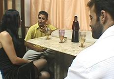 morena gostosa conversando com dois marmanjos
