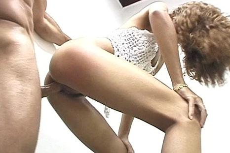 Ela quer arrumar o banheiro, mas o marido quer transar!