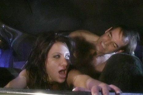 Morena safada se oferece para o rapaz e fode dentro do carro