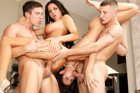 Elas compartilham os homens e até o gozo deles, beijando muito na boca