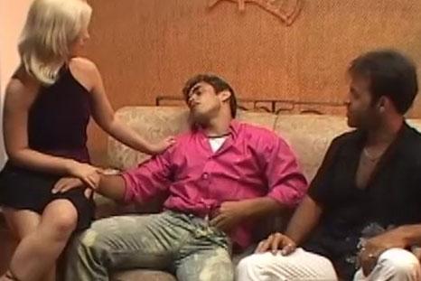 O marido chega bêbado e Nicole prefere meter com Roge Ferro!