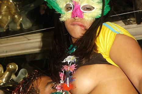 O que não falta nesse Carnaval é uma boa chupeta, veja só!