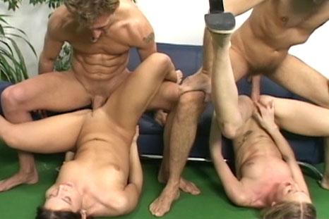 Orgia com ninfetas gostosas fazendo sexo DP vaginal