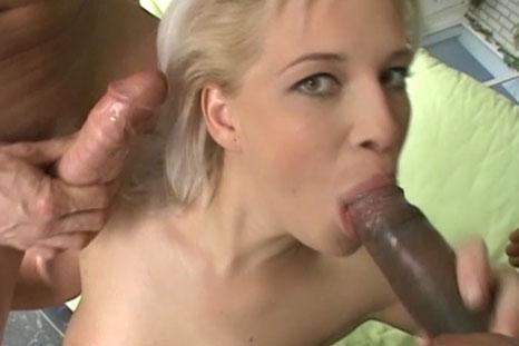 Ninfeta faz DP vaginal com dois bem dotados