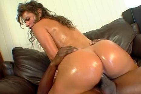 Naomi dando sua buceta gostosa num sexo interracial